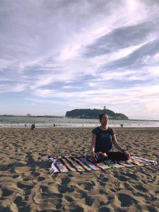 江ノ島でサンセットビーチヨガのクラスを担当しました