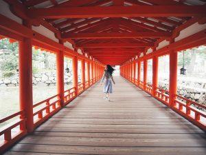 どこまでも続く朱色の柱が美しい、厳島神社。