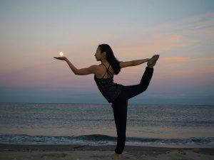 美しい月を手にのせてdancer pose してみました。